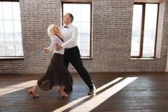 Tango supérieur harmonieux de danse de couples de danse à la salle de bal Images stock