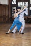 Tango-Tänzer, die Corte-Schritt im Restaurant durchführen stockbild