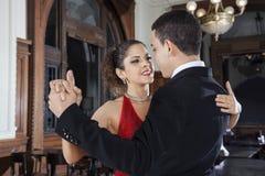 Tango-Tänzer And Young Man, das leichte Umarmung durchführt Stockfotografie
