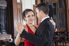 Tango tancerz Wykonuje Delikatnego uścisku kroka Z mężczyzna Obraz Royalty Free