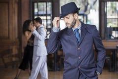 Tango tancerza mienia kapelusz Podczas gdy partnery Wykonuje W restauraci Obraz Royalty Free