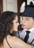 Tangodansare Looking At Partner i kafé Royaltyfria Foton