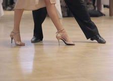 tangoing在舞厅的优美的舞蹈夫妇 免版税库存照片