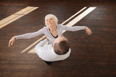 tangoing在舞蹈演播室的高兴资深夫妇 库存照片