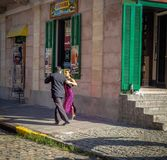 Tangotänzer an La Boca-Nachbarschaft - Buenos Aires, Argentinien stockbilder