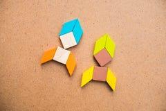 Tangram łamigłówki pary rakiety kształt na drewnianym tle używa dla obraz royalty free