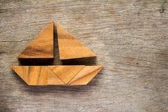 Tangram raadsel in de vorm van de zeilboot op houten achtergrond Royalty-vrije Stock Foto