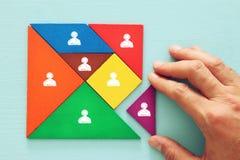 Tangrampuzzlespielblöcke mit Leuteikonen, Personalwesen und Managementkonzept lizenzfreie stockbilder