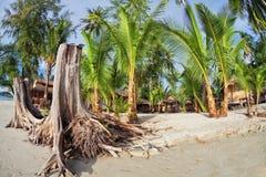 Tani bungalowy na tropikalnej plaży fotografia stock