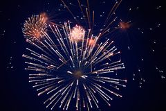 Tani iskrzaści fajerwerki czerwień i biel, w nocnym niebie zdjęcie stock