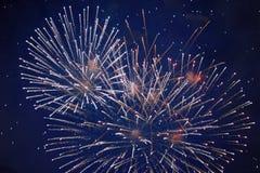Tani iskrzaści jaskrawi fajerwerki, biel, mgiełka, nocne niebo, tło tekstura fotografia royalty free