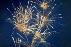 Tani jaskrawi iskrzaści fajerwerki, biali, z mgiełką, w nocnym niebie, tło tekstura zdjęcia royalty free