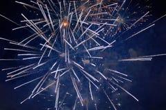 Tani jaskrawi iskrzaści fajerwerki, biali, z mgiełką, w nocnym niebie, tło tekstura zdjęcie stock