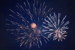 Tani jaskrawi iskrzaści fajerwerki, biali, z mgiełką, w nocnym niebie, tło tekstura zdjęcie royalty free