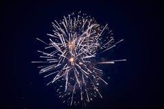 Tani jaskrawi iskrzaści fajerwerki, biel, z mgiełką, w nocnym niebie, tło tekstura zdjęcia royalty free