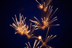 Tani jaskrawi iskrzaści fajerwerki kolor żółty barwią, przeciw nocnemu niebu zdjęcie stock