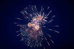 Tani jaskrawi iskrzaści fajerwerki, kolor żółty, z mgiełką, w nocnym niebie zdjęcia royalty free