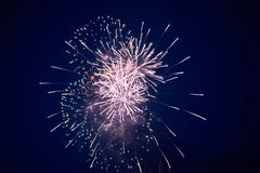 Tani jaskrawi iskrzaści fajerwerki, menchie, z mgiełką, na nocnym niebie, tło tekstura zdjęcie stock