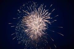 Tani jaskrawi iskrzaści fajerwerki, menchie, z mgiełką, na nocnym niebie, tło tekstura zdjęcie royalty free