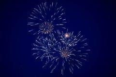 Tani jaskrawy iskrzasty fajerwerków, błękitnego i złotego kolor na nocnym niebie, tło tekstura zdjęcia royalty free