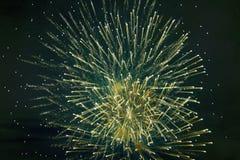 Tani jaskrawy iskrzasty fajerwerk zieleni kolor przeciw nocnemu niebu, tło tekstura zdjęcia stock