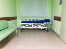 Tani nosze na kółkach w biednym szpitalu fotografia stock