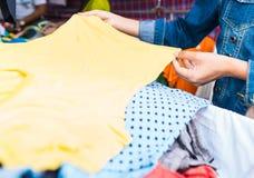 Tani odzieżowy sklep w rynku w Tajlandia obrazy stock