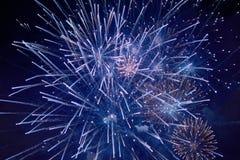 Tani piękni iskrzaści fajerwerki, błękit, mgiełka, nocne niebo, tło tekstura obraz stock