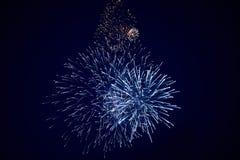 Tani piękni iskrzaści fajerwerki, błękit, nocne niebo, tło tekstura obrazy stock