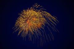 Tani piękni iskrzaści fajerwerki, złoty kolor w nocnym niebie, tło tekstura fotografia royalty free
