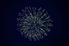 Tani piękni iskrzaści fajerwerki, zieleń, nocne niebo, tło tekstura fotografia royalty free