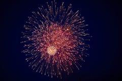 Tani piękni jaskrawi duzi fajerwerki, czerwień, na nocnym niebie, tło tekstura fotografia royalty free