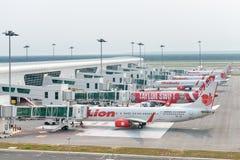 Tani samoloty w lotnisku międzynarodowym Obrazy Royalty Free
