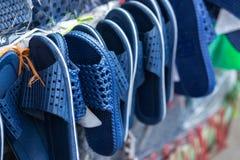Tani sandały dla sprzedaży na Hanoi ulicie, Wietnam zdjęcia stock