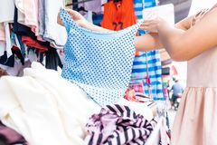 Tani sklepy odzieżowi w rynku w Tajlandia obrazy stock