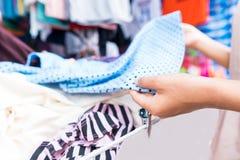 Tani sklepy odzie?owi w rynku w Tajlandia obrazy royalty free