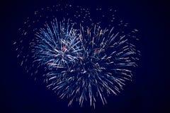 Tani wielcy iskrzaści fajerwerki, błękit, nocne niebo, tło tekstura obrazy royalty free