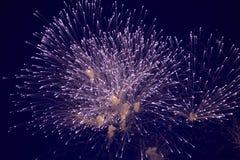 Tani wielcy iskrzaści fajerwerki, biel, mgiełka, nocne niebo, tło tekstura fotografia stock