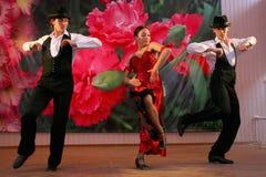 Taniec Carmen krajowego tana tana egzotyczna liczba w hiszpańszczyzna stylu wykonującym zespołów tancerzami Latyno-amerykański ta Zdjęcia Stock