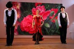 Taniec Carmen krajowego tana tana egzotyczna liczba w hiszpańszczyzna stylu wykonującym zespołów tancerzami Latyno-amerykański ta Zdjęcie Stock