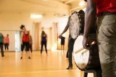 Taniec klasa z Afrykańskimi bębenami Fotografia Stock