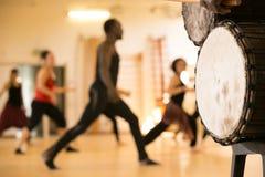 Taniec klasa z Afrykańskimi bębenami Zdjęcie Royalty Free