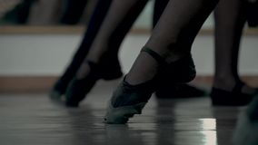 Taniec klasy pierwsi kroki W górę czarnych pointe butów Dziecko noga robi BATTEMENT TENDU Balerina zdjęcie wideo
