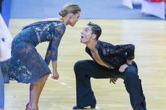 Taniec para Ilia Shvaunov Sneguir i Anna Wykonuje Youth-2 latyno-amerykański program na WDSF zawody międzynarodowi WR tana filiża Zdjęcia Stock