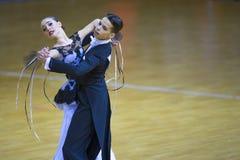 Taniec para Wykonuje Junior-2 Standardowego program na WDSF Krajowym mistrzostwie republika Białoruś Zdjęcia Royalty Free