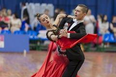 Taniec para Wykonuje Juvenile-1 Standardowego Europejskiego program na Krajowym mistrzostwie Zdjęcie Royalty Free
