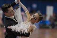 Taniec para Wykonuje Juvenile-1 Standardowego Europejskiego program na Krajowym mistrzostwie Zdjęcia Stock