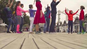 Taniec w Moskwa Ludzie rozgrzewkowi up przed tanczyć zbiory wideo