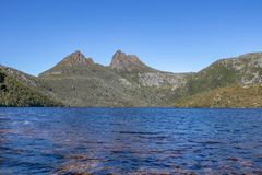 Tanin manchou águas na montanha do berço, Tasmânia imagem de stock