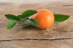 Tanjerina (tangerina) no fundo de madeira Imagens de Stock Royalty Free